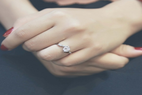 mua nhẫn kim cương với màu sắc và chất liệu phù hợp