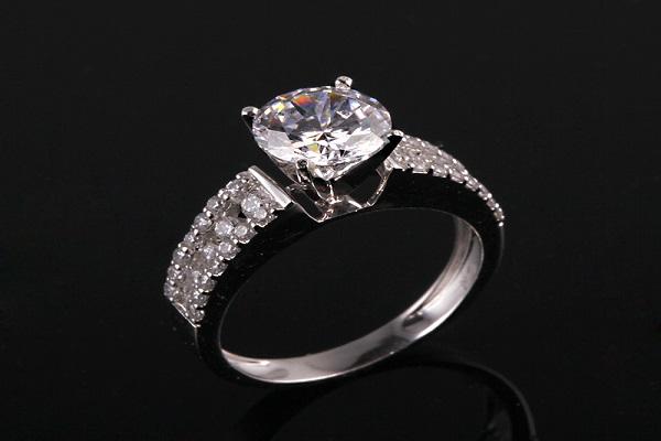 mua nhẫn kim cương ở những cửa hàng uy tín
