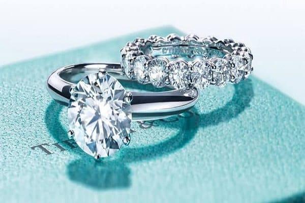 hình ảnh nhẫn cưới kim cương sang trọng với những viên đá lấp lãnh xung quanh