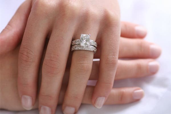 Chú ý chọn nhẫn kim cương phù hợp với tay người đeo
