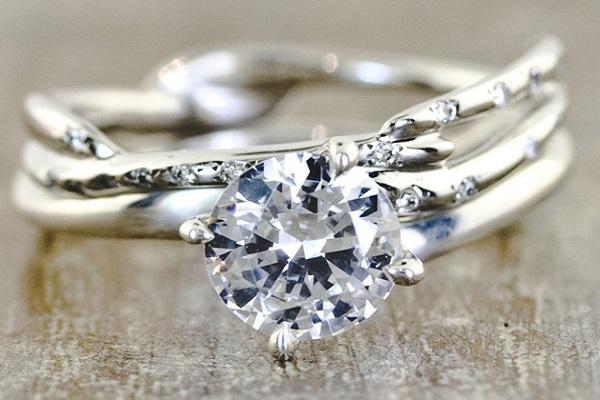 Hình ảnh nhẫn kim cương kết hợp với kim loại khác