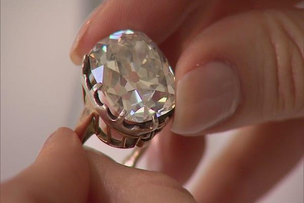 Kiểu nhẫn cưới bằng kim cương độc đáo