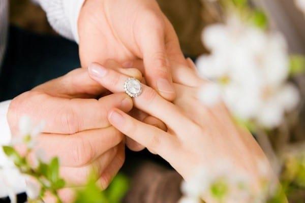 Nhẫn cưới kim cương cao cấp với thiết kế hoa lá cành