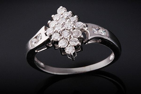 Nhẫn cưới kim cương cao cấp với thiết kế với nhiều viên đá nhỏ xung quanh