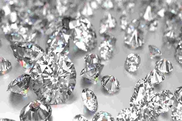 Giá thành nhẫn kim cương tùy vào trọng lượng và chất liệu kim cương trên chiếc nhẫn