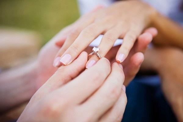 Mua nhẫn đính hôn tiện dụng cho cuộc sống