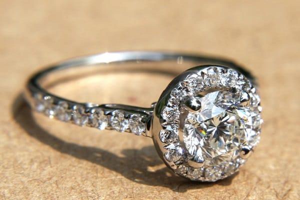 Nhẫn cưới kim cương đẹp được thiết kế cổ điển, sang trọng với viên kim cương nằm giữa