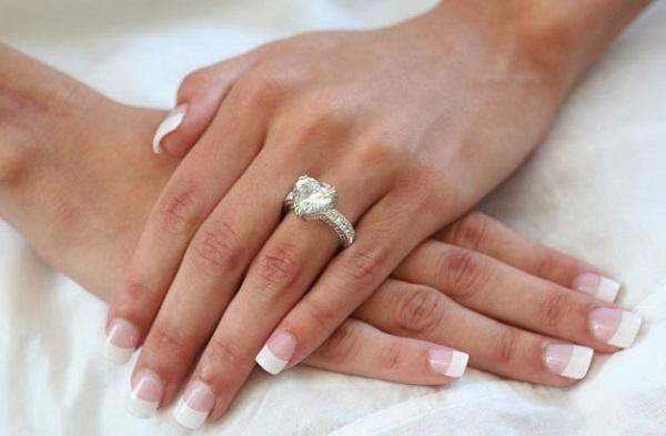 Nhẫn kim cương làm tôn vẻ đẹp người phụ nữ