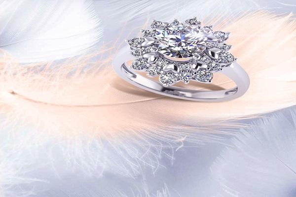 những mẫu nhẫn kim cương đẹp với hoa lá tinh tế, sang trọng