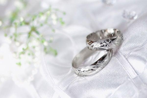 Sự khác biệt trong cách sử dụng của nhẫn nam vàng trắng và bạch kim