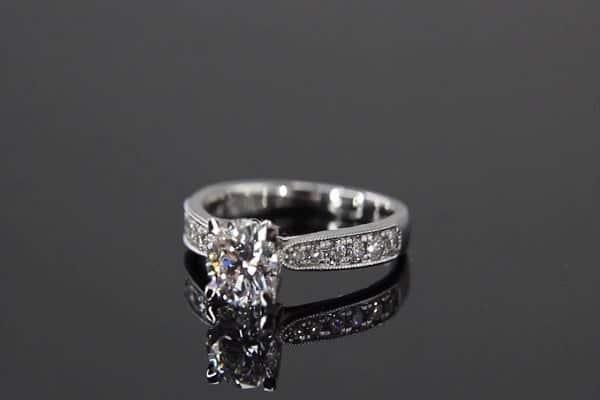 Chọn mẫu nhẫn kim cương đẹp cho cô dâu cần chú ý đến chất liệu và kiểu dáng