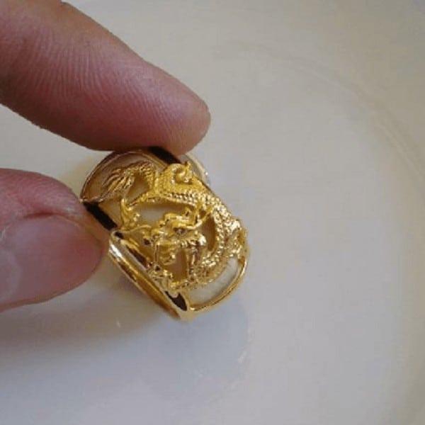 Kiểu nhẫn vàng khắc hình rồng cho nam mang ý nghĩa may mắn