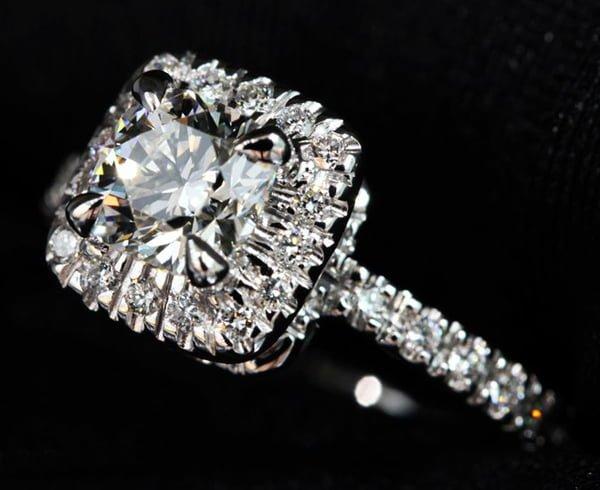 Nhẫn kim cương mặt vuông sang trọng