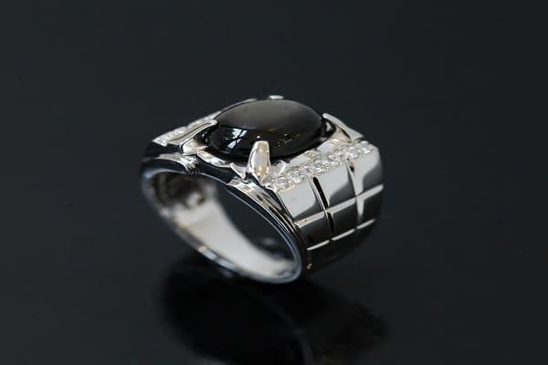 Nhẫn vàng trắng nam Versace đá đen