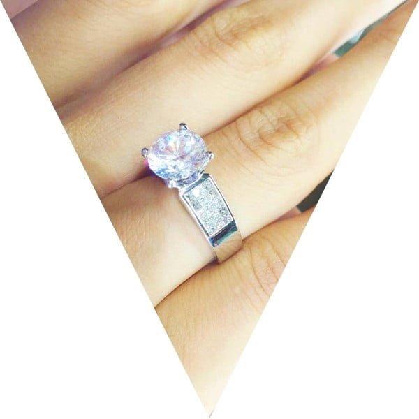 Mẫu nhẫn kim cương đính đá 2 bên
