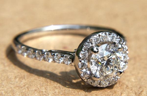 Nhẫn vàng nữ giá rẻ nên chọn loại đá đính kèm vừa tiền