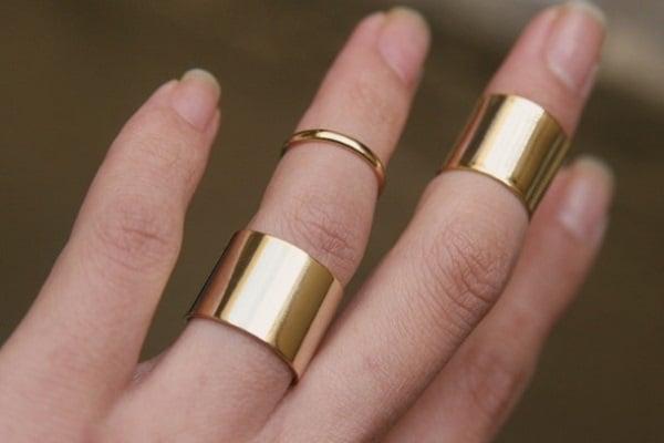 Giá nhẫn vàng nữ phụ thuộc vào nhiều yếu tố như kích thước, chất liệu, phụ kiện kèm theo