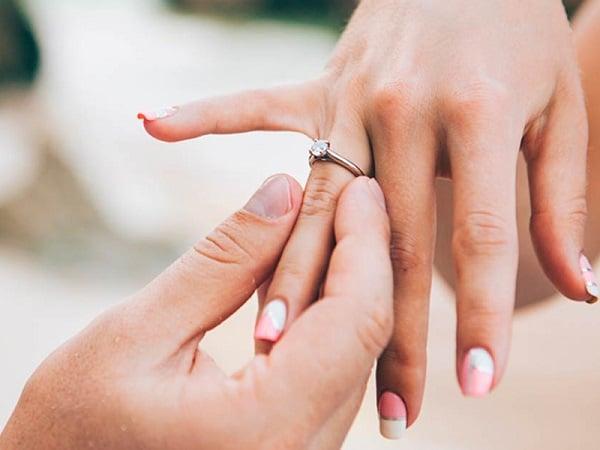 Chọn mẫu nhẫn nữ vàng 18k nữ giá rẻ đính đá vừa phải