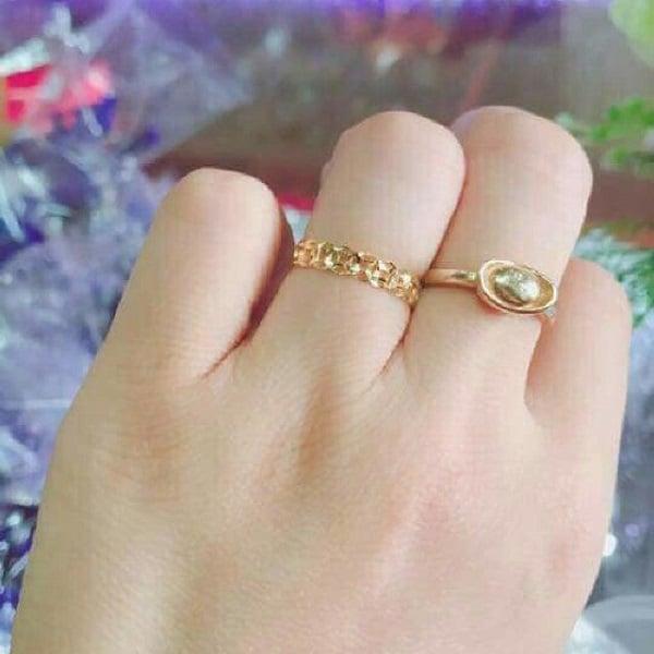 Vàng tây là chất liệu được chế tạo ra bằng cách nung chảy vàng nguyên chất với kim loại màu khác