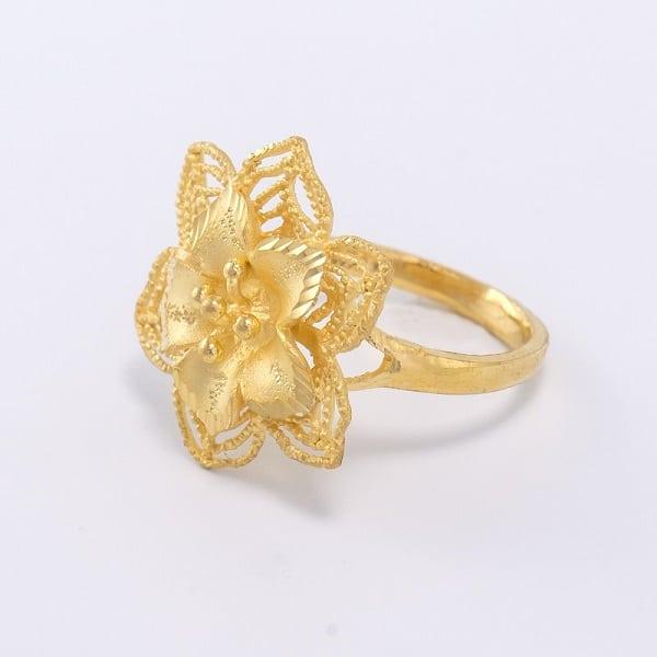 Nhẫn vàng nữ 18k giá rẻ hay không phụ thuộc vào họa tiết chạm khắc