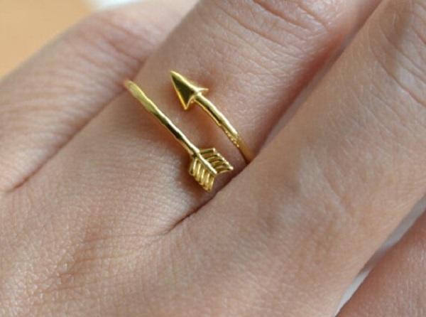Nhẫn vàng tây nữ 10k là loại chất liệu này được chế tạo bằng cách kết hợp giữa 41,7% vàng nguyên chất, còn lại là kim loại màu khác
