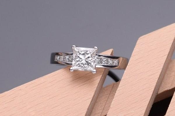Kiểu nhẫn vàng trắng độc đáo