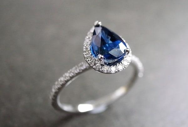 Lung linh với mẫu nhẫn đá sapphire xanh trẻ trung