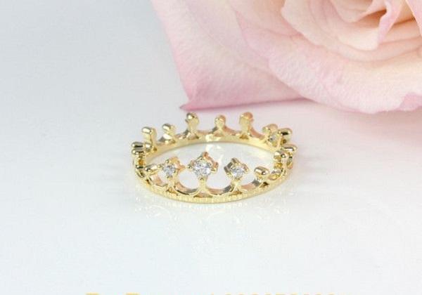 Mẫu nhẫn vàng nữ đơn giản hình vương miện đính đá