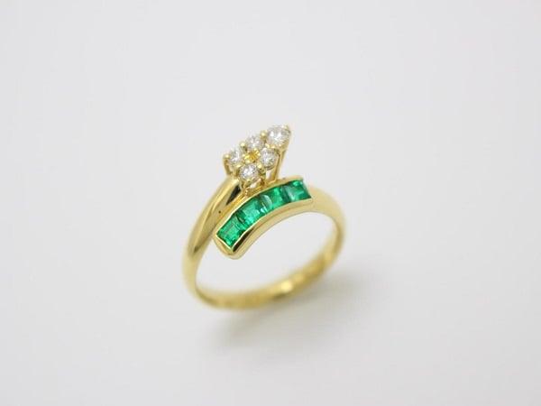 Mẫu nhẫn vàng tây nữ gắn đá Ngọc lục bảo sắc sảo