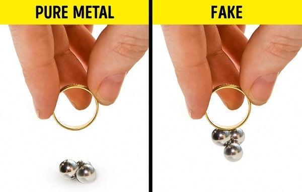 Sử dụng nam châm để phân biết nhẫn vàng tây nữ thật, giả