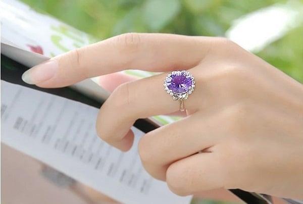 Chọn mẫu nhẫn vàng nữ đẹp cần vừa tay