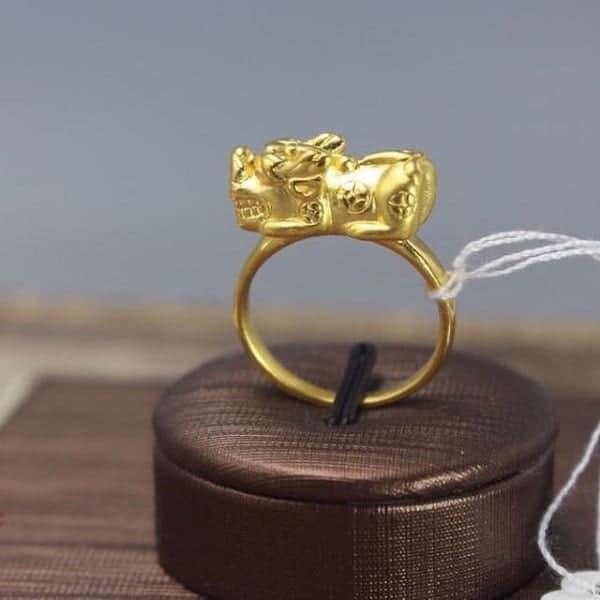 Mẫu nhẫn vàng nam tỳ hưu cõng tiền