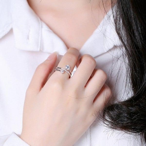Nhẫn vàng tây nữ đeo ở ngón trỏ