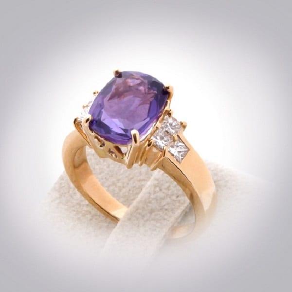 Mẫu nhẫn vàng tây nữ gắn đá Saphia long lanh