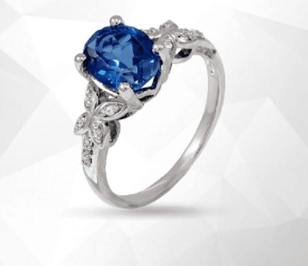 Kiểu nhẫn vàng trắng nữ đính đá xanh