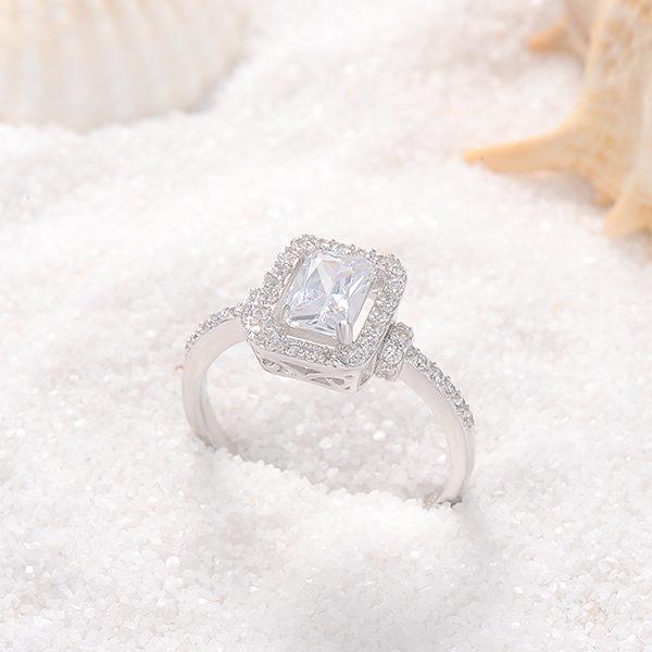 Mẫu nhẫn vàng trắng nữ mặt đá hình vuông