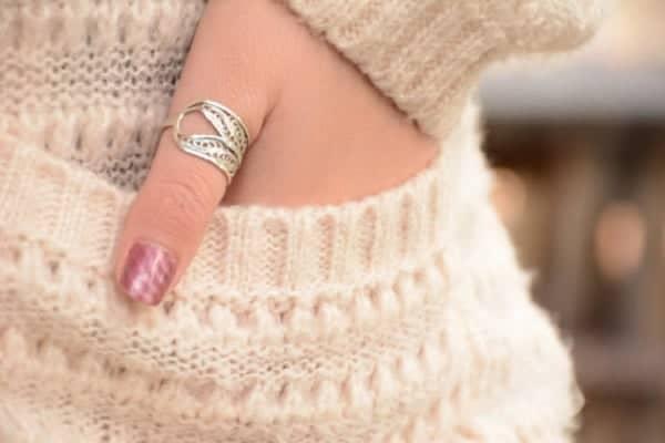 Đeo nhẫn ngón tay cái là ngón mang lại may mắn và thành công cho người đeo nhẫn