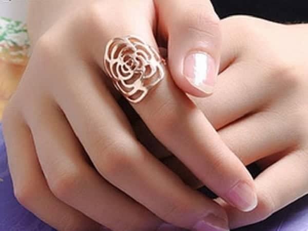 Đeo nhẫn ở ngón tay trỏ đại diện cho quyền lực, tham vọng, tự tin