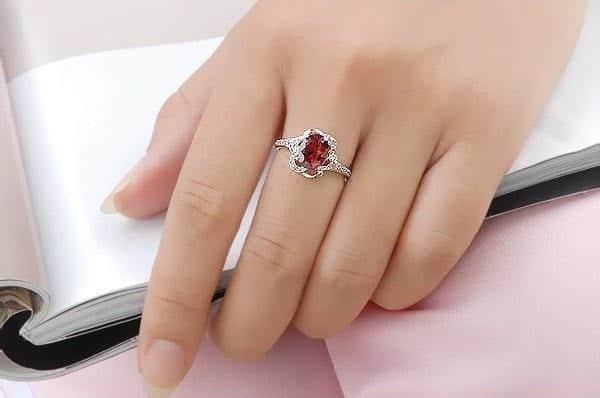 Đeo nhẫn ngón tay này còn lan tỏa cho người đối diện biết bạn không sợ hãi bất kỳ thách thức nào