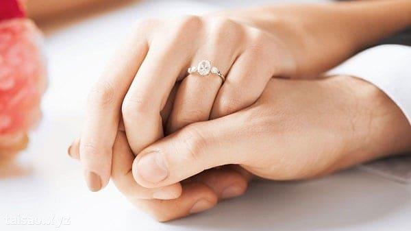 Đeo nhẫn kiểu nữ vàng 18k ở ngón tay áp út trái thường được để đeo nhẫn cưới