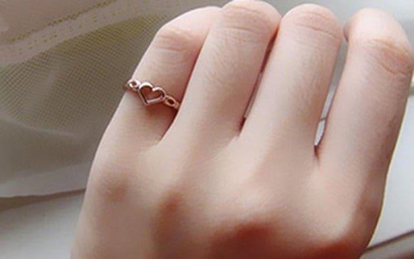 Đeo nhẫn kiểu nữ vàng 18k ngón tay út là biểu tượng của sự yếu đuối