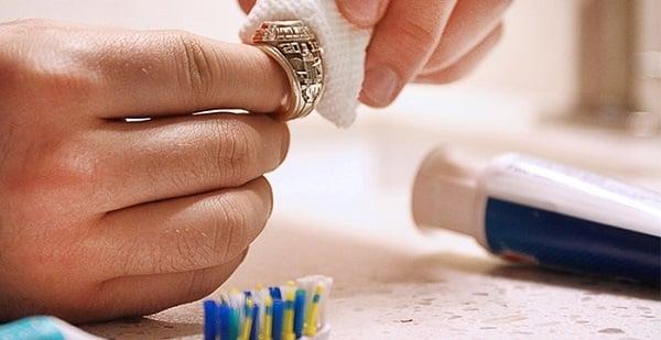 5 bước làm sáng bóng nhẫn kiểu vàng 18k nữ tại nhà