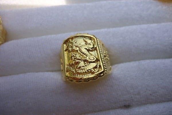 Nhẫn nam xi vàng là một loại trang sức được làm từ hợp kim, nấu và đổ vào khung chế tạo từng công đoạn khác nhau