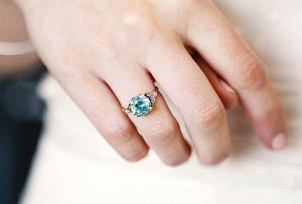 Đeo nhẫn nữ vàng ở ngón tay áp út thường được để dành để đeo nhẫn cưới