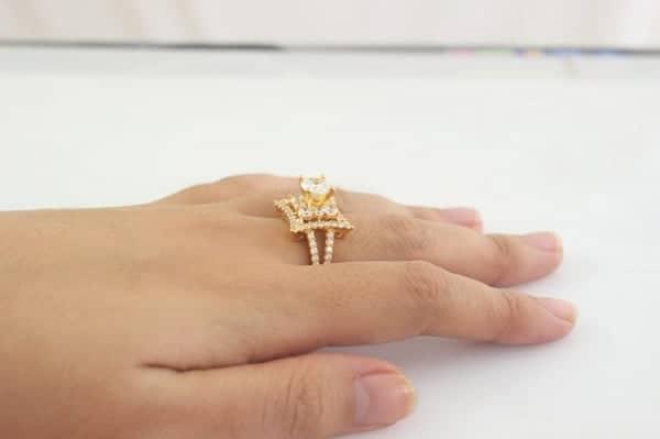 Đeo nhẫn nữ vàng ở ngón giữa bạn sẽ chứng tỏ được với những người nhìn thấy nó một sự cương quyết, cố gắng vươn tới đỉnh cao của danh vọng