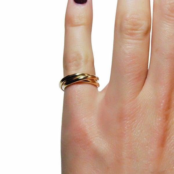 Đeo nhẫn nữ vàng ở ngón út biểu hiện bạn đang muốn truyền tải tới mọi người rằng mình là một người yếu đuối, mỏng manh, mong muốn được bảo vệ