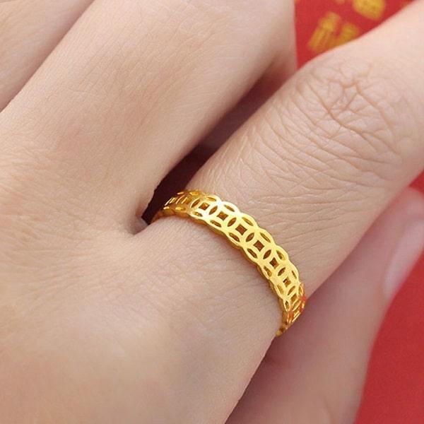 Khi đeo nhẫn nữ vàng ngón trỏ biểu thị cho tham vọng mà người đeo nhẫn muốn hướng tới