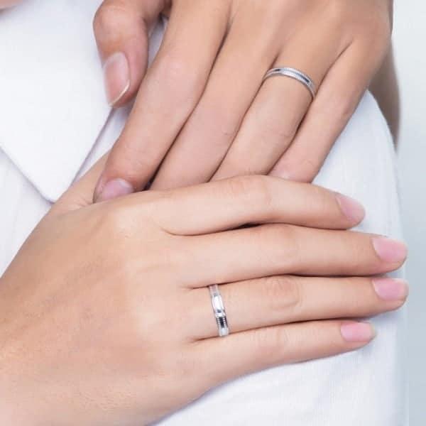 Nhẫn nữ vàng trắng 10k đeo nhẫn có bị đen hay không còn tùy thuộc vào mồ hôi của mỗi người