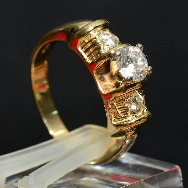 Chất liệu vàng tây được chế tạo ra bằng cách nung chảy vàng nguyên chất và một số kim loại màu khác với tỷ lệ thích hợp