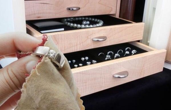 Cần nắm rõ các cách vệ sinh và bảo quản nhẫn vàng cho nữ